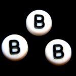 Letterkraal, B, plat rond, acryl, 7x4mm, Wit/Zwart, 100 st
