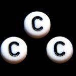 Letterkraal, C, plat rond, acryl, 7x4mm, Wit/Zwart, 100 st