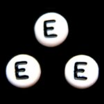 Letterkraal, E, plat rond, acryl, 7x4mm, Wit/Zwart, 100 st