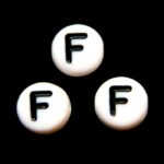 Letterkraal, F, plat rond, acryl, 7x4mm, Wit/Zwart, 100 st