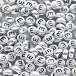 Letter E kraal, metal look, ca. 380 letters per zak,  7mm, 50 gr